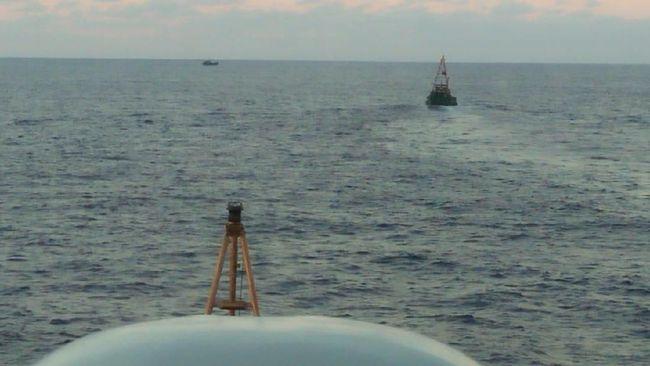 Tiga kapal perang Indonesia merangsek ke tengah rombongan kapal nelayan China hari ini. Mereka mengusir kapal-kapal China yang terlihat sedang menjaring ikan.