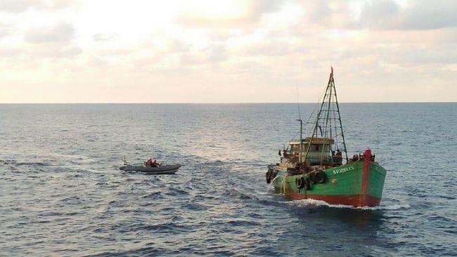 Jakarta, 5 April 2019,-- Kegiatan ilegal fishing di wilayah Perairan Indonesia terus menjadi incaran Kapal Ikan Asing negara tetangga, namun keberadaan kapal-kapal tersebut dapat terdeteksi oleh kehadiran Unsur KRI Koarmada I yang sedang melaksanakan patroli rutin dalam menjaga keamanan di wilayah perairan Indonesia. Kali ini, KRI Usman Harun-359 Unsur Satuan Kapal Eskorta (Satkor) Koarmada I berhasil menangkap 2 Kapal Ikan Asing Vietnam yang melaksanakan kegiatan Illegal Fishing di Laut Natuna Utara, Jumat (5/4).