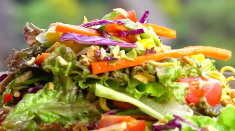 Coba cara baru makan mi yuk, Bun, dengan mengolahnya menjadi resep salad mi berikut ini.