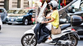 Cara Aman Pengendara Motor Salip Kendaraan