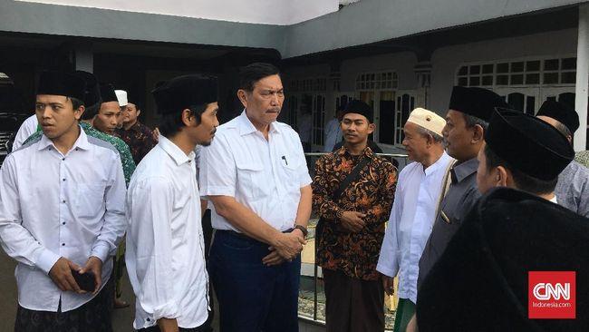 Pimpinan Pondok Pesantren Riyadhul Alliyah, Sukabumi sengaja mengundang Luhut untuk memberikan klarifikasi mengenai hoaks yang belakangan menyerang Jokowi.