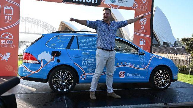 Wiebe Wakker menyetir mobil listrik dari Belanda ke Sydney, Australia dalam waktu lebih dari tiga tahun.