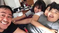 <p>Liburan bareng keluarga di rumah. Kenapa enggak? Seru kok! (Foto: Instagram @pandji.pragiwaksono)</p>