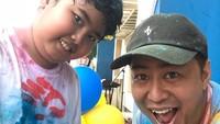 <p>Habis seru-seruan, waktunya Ayah Pandji <em>selfie</em> bareng Dipo. (Foto: Instagram @pandji.pragiwaksono)</p>