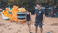 <p>Liburan ke pantai wajib main pasir. Kalau sudah begini, yang penting semua senang ya, Bun. (Foto: Instagram @pandji.pragiwaksono)</p>
