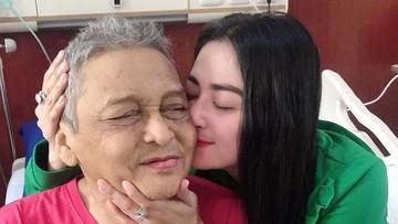 Kesedihan Dewi Perssik Melihat Kondisi Kesehatan Sang Ayah