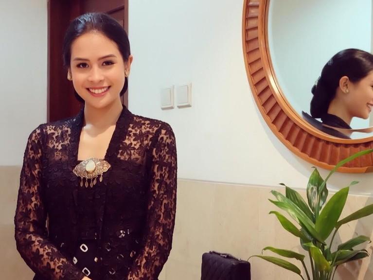 Maudy Ayunda tampak cantik mengenakan kebaya. Ainun yang merupakan seorang wanita Jawa juga sangat kental dengan busana tersebut.