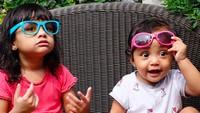 <p>Sama-sama cantik dan imut, Kak Hawwa dan <em>baby</em> Shafiyyah bergaya pakai kacamata. (Foto: Instagram @shireensungkar)</p>