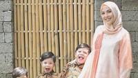 <p>Ketiga putra Ratna Galih mirip-mirip ya, sudah seperti anak kembar. (Foto: Instagram @ratnagalih)</p>