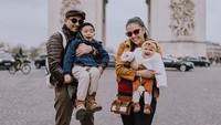 <p>Liburan ke Paris, wajib juga nih <em>pose</em> di depan monumen bersejarah Arc de Triomphe. <em>Baby</em> Sea <em>happy</em> banget! (Foto: Instagram @mrssharena)</p>