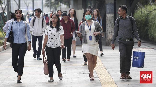 Karyawan menuju kantor saat pagi di kawasan Sudirman, Jakarta, Senin, 8 April 2019. CNNIndonesia/Safir Makki