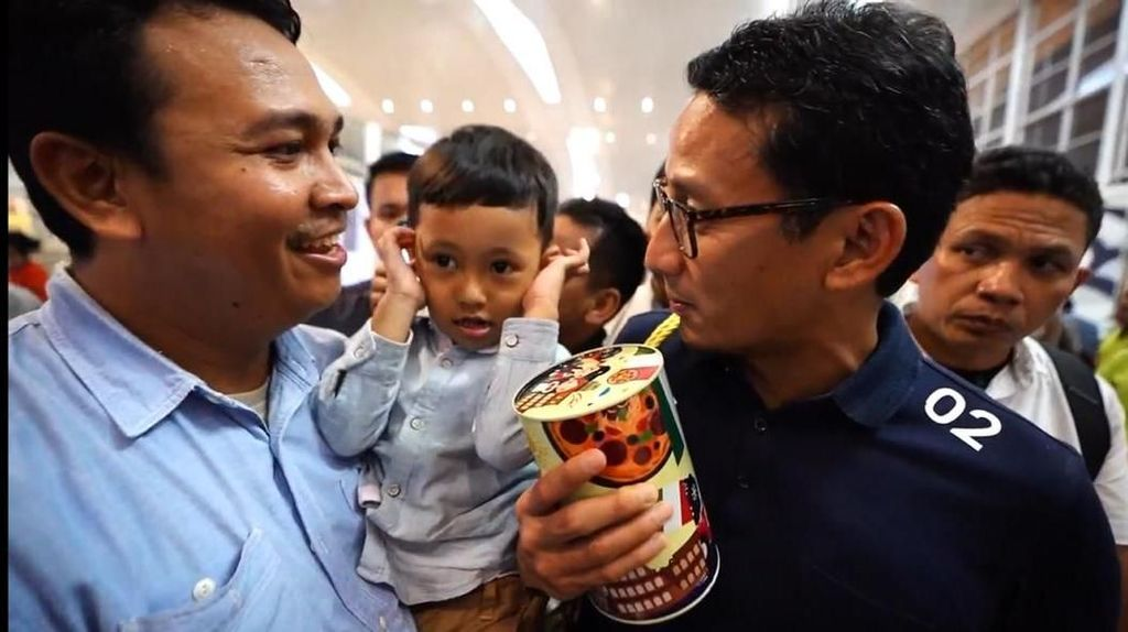 Sandiaga Dapat Hadiah Celengan dari Bapak dan Anak di Medan