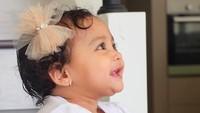 <p><em>Cute</em> banget senyumnya <em>baby</em> Shafiyyah, tambah cantik pakai pita di kepala. (Foto: Instagram @shireensungkar)</p>