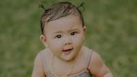<p>Rambut <em>secuil</em> tapi bisa dikucir. <em>Mommy</em> Sharena penuh perjuangan banget mengucir rambut Sea. Karet rambutnya beli di Milan lho! (Foto: Instagram @mrssharena)</p>