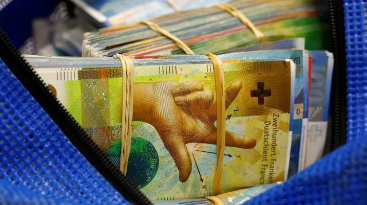 Uang kertas 50-Swiss-franc (C) terletak di antara yang lain di dalam sebuah kotak di sebuah bank Swiss di Zurich, Swiss 9 April 2019. (REUTERS / Arnd Wiegmann) - PT Rifan Financindo Berjangka