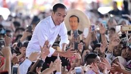 Jokowi Makan Siang Bareng Relawan di Grand Indonesia