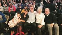<p>Suri Cruise saat bersama sang ibunda, Katie Holmes dan keluarganya. (Foto: Instagram @katieholmes212)</p>