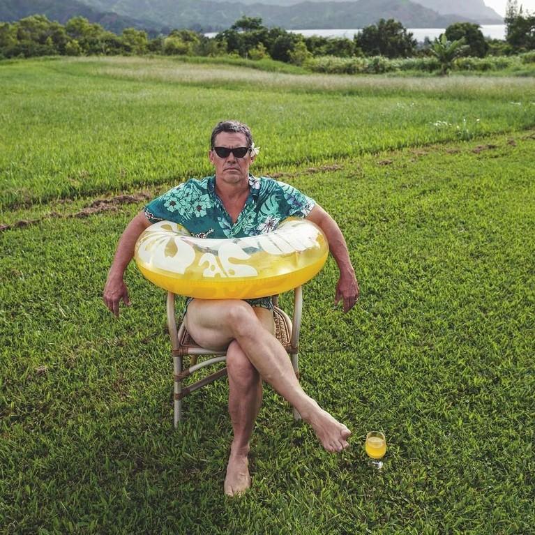 Josh James Brolin yang berusia 51 tahun ini lahir di California pada 12 Februari 1968. Di foto ini ia terlihat konyol dengan pelampung lucu berwarna kuning yang melingkar di badannya.