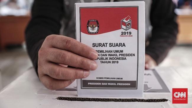 Kelompok Penyelenggara Pemungutan Suara (KPPS) menggelar simulasi pemungutan dan pencoblosan surat suara Pemilu 2019 di Tanah Abang, Jakarta, Selasa (9/4).