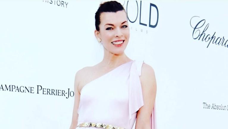 Milla Jovovich memulai karirnya sebagai model sebuah produk kosmetik ternama pada usia 11 tahun.