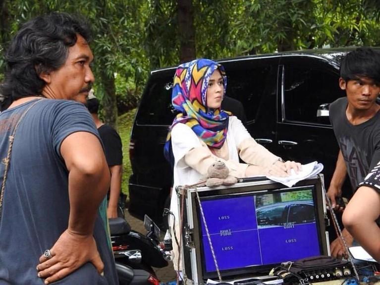 Namun, beberapa sinetron akhirnya menuntut karakter perannya dengan menggunakan hijab.