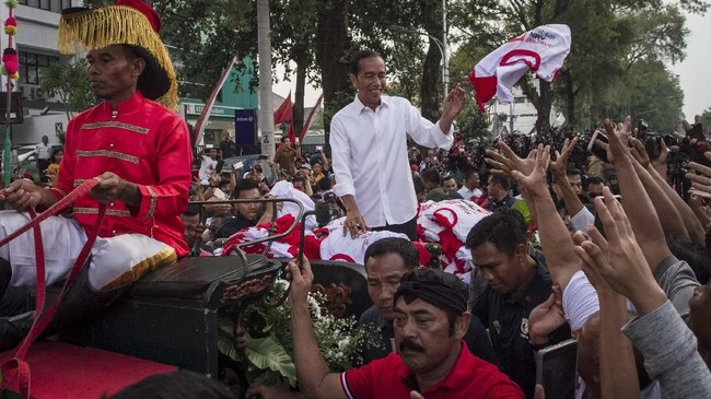 Jokowi dan Prabowo secara bergantian menggelar kampanye terbuka di Solo. Solo siginifikan karena jadi basis suara Jokowi yang penting untuk direbut Prabowo.