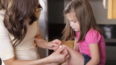 5 Trik Lepaskan Plester Anak Tanpa Rasa Sakit