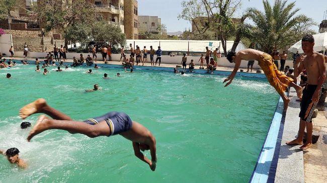 Dewan Barcelona mengirim peringatan ke pengelola kolam renang dan meminta mereka menjamin kesetaraan dengan membolehkan perempuan berenang tanpa penutup dada.