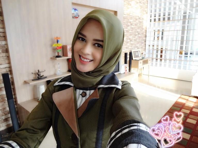 Cut Meyriska saat ini telah mantab memakai hijab dalam kehidupan sehari-hari, juga saat tampil di layar kaca.