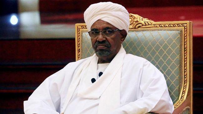 Eks Presiden Sudan, Omar al-Bashir, menghadap jaksa untuk pembacaan dakwaan kasus korupsi. Ini adalah penampilan pertamanya di hadapan publik sejak kudeta.