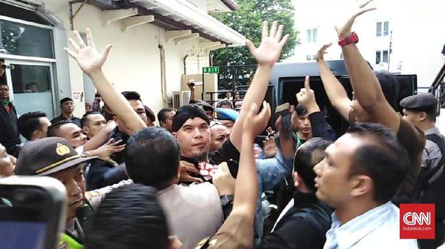 Aksi keributan terjadi lantaran jaksa pengawal menghalangi Ahmad Dhani yang hendak diwawancarai awak media di PN Surabaya di luar ruangan sidang.