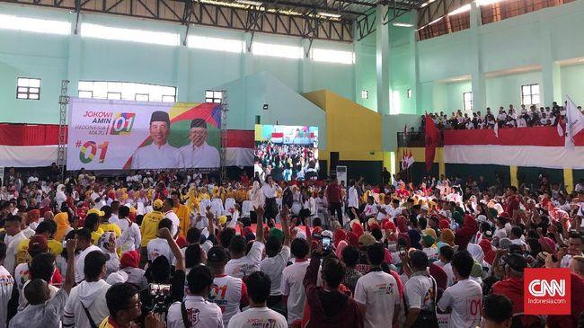 Lokasi kampanye Jokowi di Gedung Bazul Asyhab, Sukabumi, Jawa Barat mulai dipadati relawan dan simpatisan Jokowi. Massa memadati area luar dan dalam gedung.