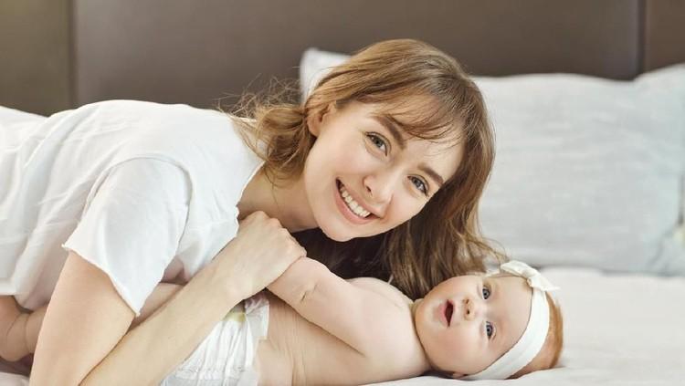 Buat Bunda yang merasa enggak percaya diri setelah lahiran, wajib tahu nih tips mempercantik diri setelah si kecil lahir.