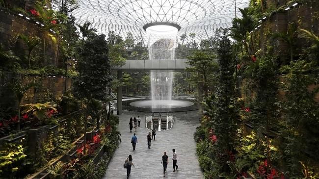 Bandara Jewel Changi di Singapura memiliki air terjun di dalam ruangan yang tertinggi di dunia.