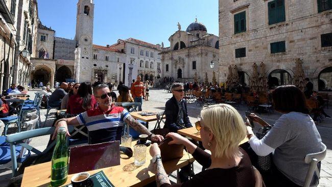 Dewan kota Dubrovnik bakal membatasi jumlah area duduk tepi jalan milik restoran dan kafe demi memberi kenyamanan bagi pejalan kaki.