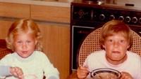 <p>Dari kecil, wajah presenter Ryan Seacrest memang sudah terlihat jahil, lho. Saat foto makan dengan saudara perempuannya Ryan malah berpose lucu. <em>He-he-he</em>. (Foto: Instagram @ryanseacrest)</p>