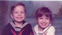 <p>Senyum dua bersaudara ini sangat menggemaskan. Siapa sangka ternyata anak laki-laki yang mengenakan baju pelaut tersebut adalah pembawa acara kondang Jimmy Fallon. (Foto: Instagram @jimmyfallon)</p>