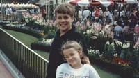 <p>Foto lawas aktris Reese Witherspoon dengan saudara laki-lakinya kira-kira diambil dari tahun berapa ya, Bunda? (Foto: Instagram @reesewitherspoon)</p>