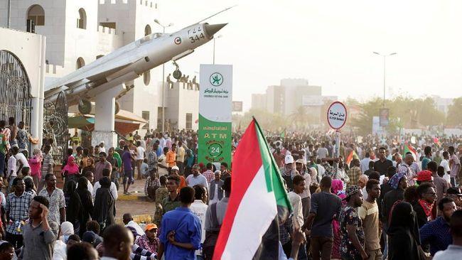 Ribuan warga Sudan menggelar aksi protes di depan markas tentara, Kamis (11/4), tak lama setelah militer memberlakukan jam malam di tengah kisruh kudeta.