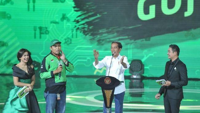 Presiden Joko Widodo memberikan hadiah satu unit sepeda kepada pengemudi Gojek yang mengantarkan pesanannya, yaitu sate ayam, beberapa waktu lalu.