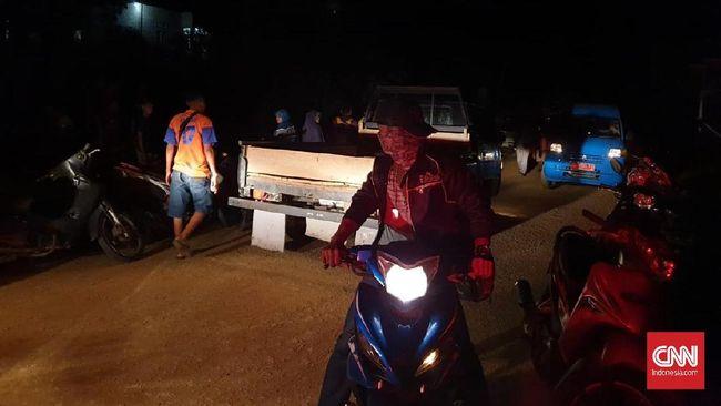 Warga Pulau Taliabu, Maluku Utara, mengungsi ke wilayah perbukitan, Jumat (12/4), karena dampak gempa 6,9 SR yang mengguncang Sulteng sampai ke kabupaten itu.