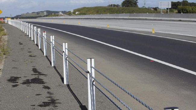 Sling pembatas jalan yang terbuat dari baja tersebut tidak ramah buat pengguna jalan. Pengendara motor berpotensi mengalami cedera lebih parah, bahkan kematian