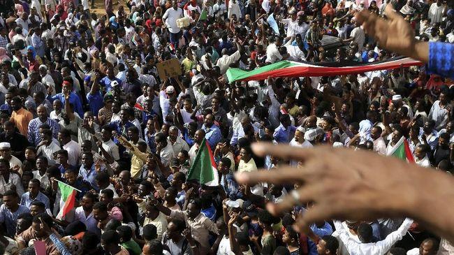 Dewan Militer mendeportasi tiga petinggi gerakan pemberontak Sudan. Deportasi dilakukan setelah serangkaian aksi protes yang terjadi.