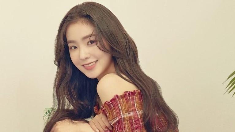 Siapa nih yang belum tahu? Pada 2017, Irene ternyata pernah masuk ke dalam list 100 wanita tercantik versi TC Candler. Perempuan kelahiran Daegu itu berada di posisi ke-55.