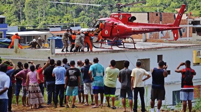 Bangunan runtuh di Rio de Janeiro, Brasil menelan dua korban meninggal. Insiden itu mengungkap sepak terjang milisi yang menguasai lahan.