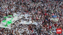 Massa Jokowi-Ma'ruf Berseragam Putih Padati GBK