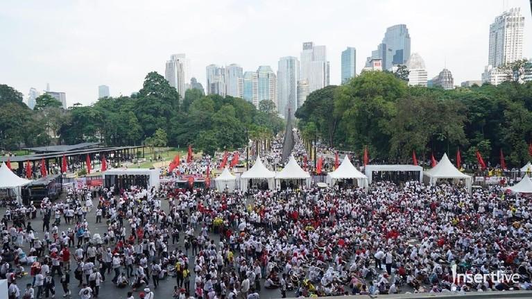 Keramaian Konser Putih Bersatu juga terlihat hingga luar stadion. Hingga saat ini, Konser Putih Bersatu masih berlangsung dan menampilkan hiburan dari para artis pendukung Jokowi.