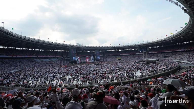 Dari pantauan Insertlive, kampasitas Stadion GBK pun sudah dipenuhi oleh simpatisan dari pasangan calon presiden Jokwi-Ma'ruf Amin.