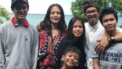 Kompak Banget ! 7 Potret Ridho 'Slank' Habiskan Waktu Bersama Keluarga