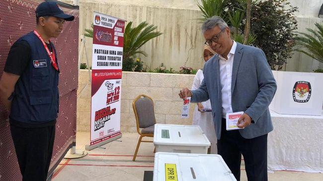 WNI di India tetap antusias menggunakan hak pilihnya dalam pemilihan umum 2019 meski harus menerjang panas di tengah suhu udara 39 derajat Celsius.